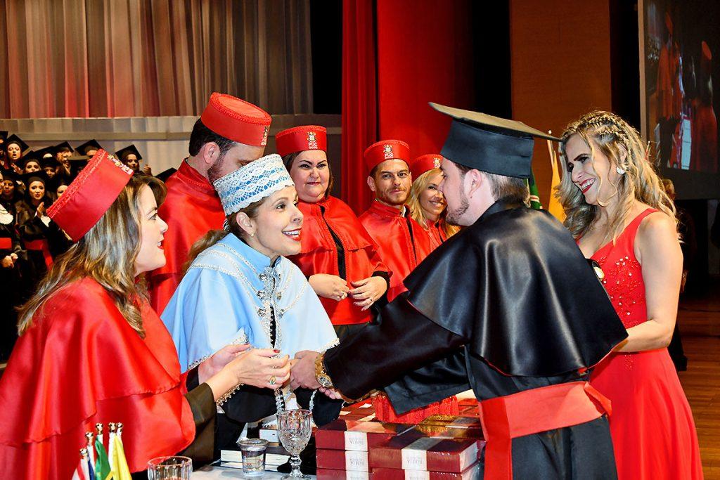 Foto de João Cláudio recebendo os cumprimentos dos professores no dia da formatura.